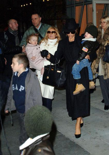 Spice-мамочки: Джери с дочерью Блюбелл Мадонной и Виктория с тремя сыновьми