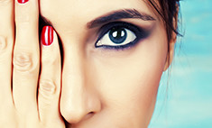 Как скорректировать нависшее веко при помощи макияжа?