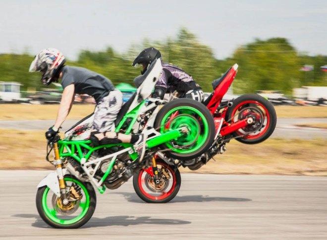 Трюки на мотоциклах – один из пунктов программы