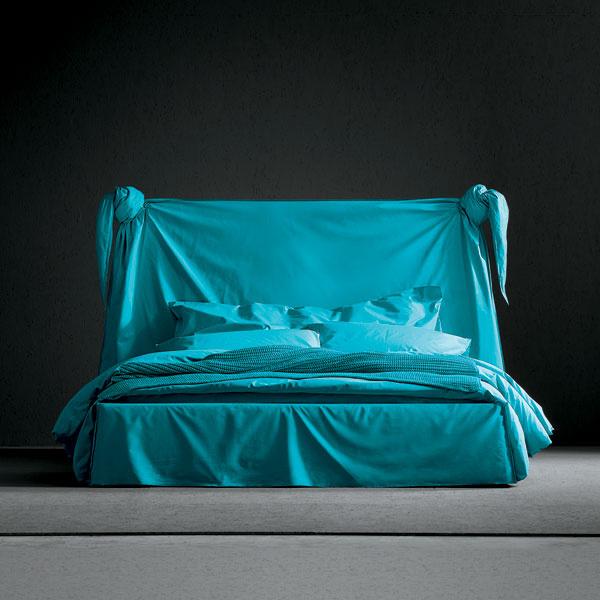 Кровать и постельное белье Striptease, дизайн Паолы Навоне для Ivano Redaelli, галереи Arte di Vivere.