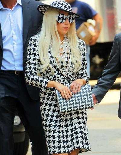 """Леди ГаГа (Lady GaGa) в твидовом костюме в """"гусиную лапку"""""""