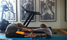 Глюк'oZa приучает дочерей к йоге