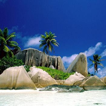 Самые популярные острова – Маэ, Праслин и Ла-Диг – завораживают панорамой из огромных гранитных масс, розовых по утрам и красных на заходе солнца. Такое зрелище не стоит пропустить