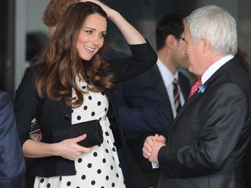 Кейт Миддлтон (Kate Middleton) не выходит из дома без микро-клатча