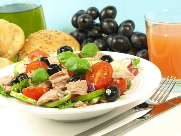 Салат с тунцом и помидорами: видео рецепт