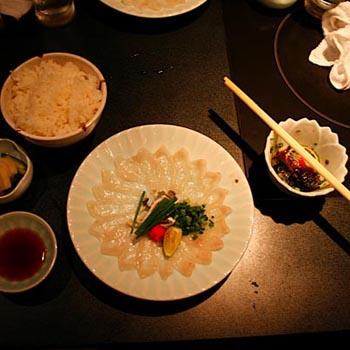 На протяжении долгого периода в Японии запрещали не только употреблять фугу в пищу, но даже ловить ее.