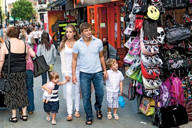 Всегда многолюдная Кэмден-Хай-стрит, улица магазинчиков, ресторанчиков и ночных клубов.
