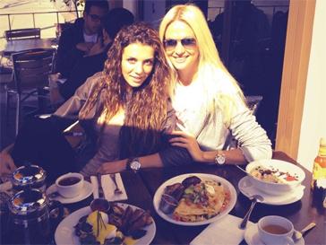 Анна Седокова ужинает с Викторией Лопыревой
