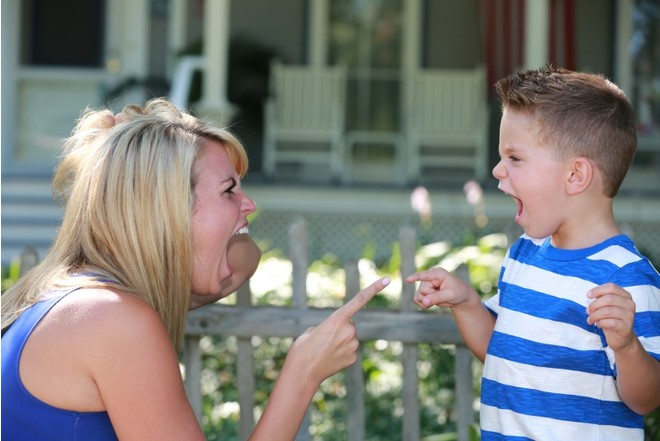 Мама кричит на своего ребенка