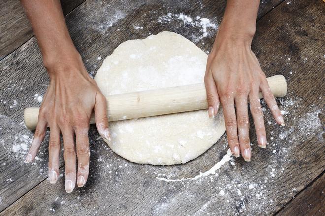 на чем раскатывать тесто