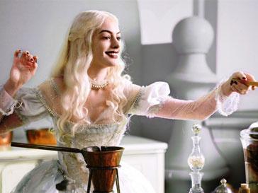 Энн Хэтэуэй (Anne Hathaway) в фильме «Алиса в Стране чудес»