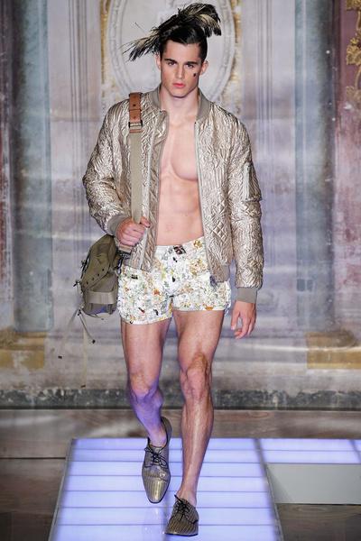 Во Флоренции прошел показ мужской коллекции Moschino | галерея [2] фото [14]