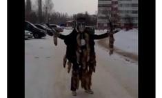 Жители российского города вызвали шаманку, чтобы та наколдовала им парковку (видео)
