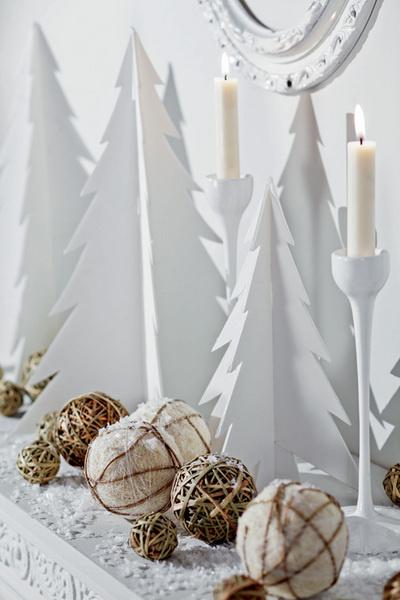 Идея №20. Заснеженный декор. Все открытые поверхности припорошим искусственным снегом, украсим шариками из тонкой бечевки и невысокими елочками из пенокартона.