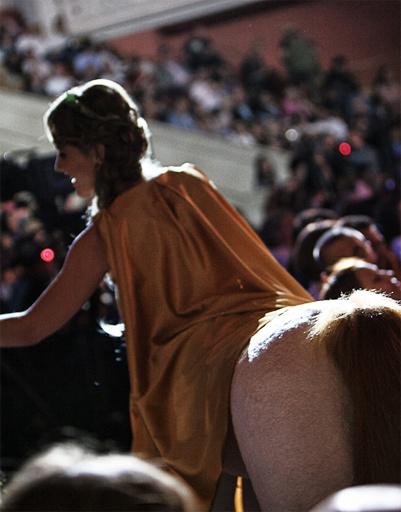 Ксения Собчак в образе женщины-кентавра, вид сзади.