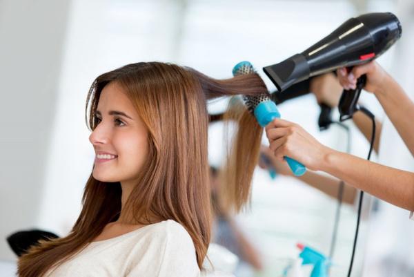 Как парикмахеры выпрямляют волосы
