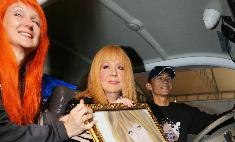 Фанаты подарили Пугачевой картину, а Лорак – куклу