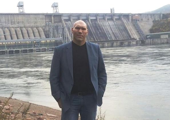 Николай Валуев на фоне Красноярской ГЭС