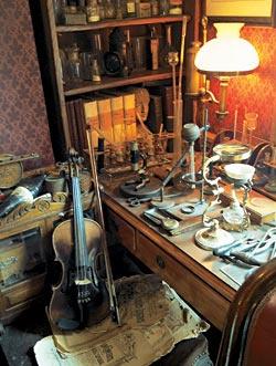 Уголок кабинета Холмса, воссозданный в Музее на Бейкер-стрит. На первом плане — знаменитая скрипка