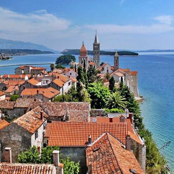 Романские церкви и колокольни острова-стены дополняют античные пейзажи древнего города Раб.