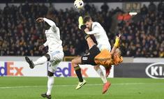 Нападающий нокаутировал защитника бисиклетой в матче Лиги Европы (видео)