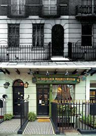 Во времена Холмса (вверху) эта улица выглядела почти так же, однако заканчивалась на №80 (№ 221б был выдуман писателем). Нынешний Музей Холмса располагается в доме № 239 и создан в 1990 году