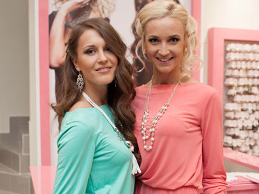 Ольга и Анна Бузовы на открытии собственного магазина бижутреии