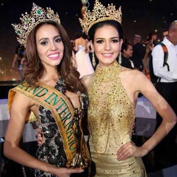 Miss Grand International 2014 кубинка Дариянн Лис (слева) и победительница прошлого года пуэрториканка Жанеле Чапарро