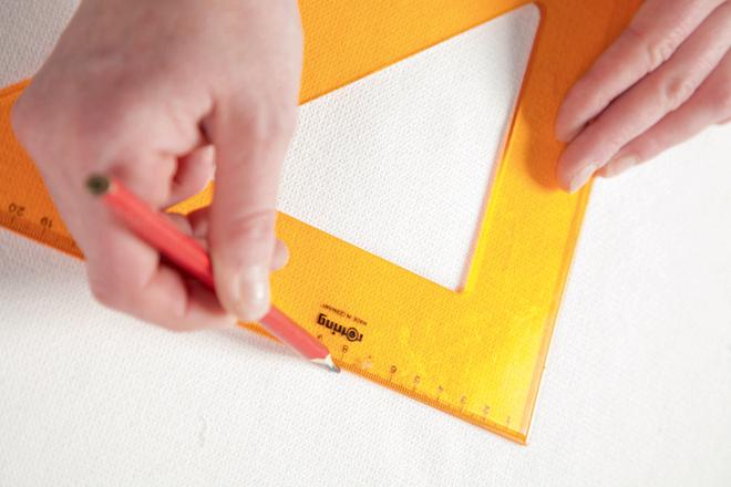 Ткань раскраивают на двеполовинки размером 50 × 50см. Накаждой стрех сторон оставляют припуски на швы (по0,5см), счетвертой – припуск для завязок (около 1 см)