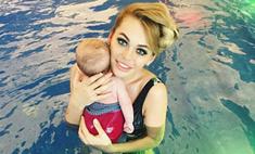 7 звездных мам, которые сами учат детей плавать