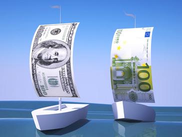 Евро отстает, доллар догоняет