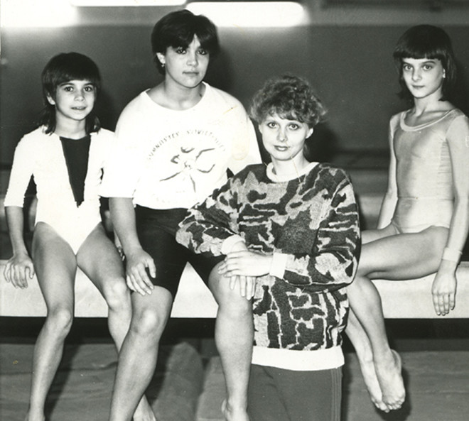Лена (крайняя справа) в спортшколе. Пока еще юная гимнастка