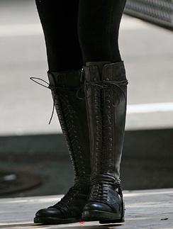 Лейтон Мистер (Leighton Meester) дополнила образ высокими черными сапогами на шнуровке