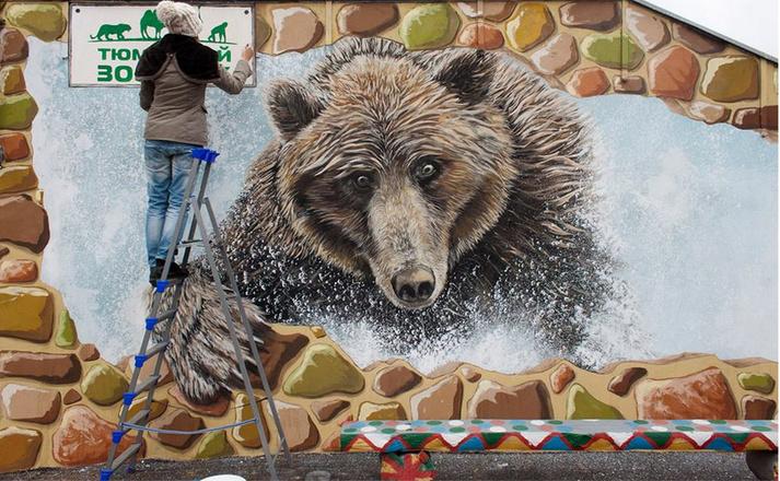 В Тюменском зоопарке расписали вольер медведя