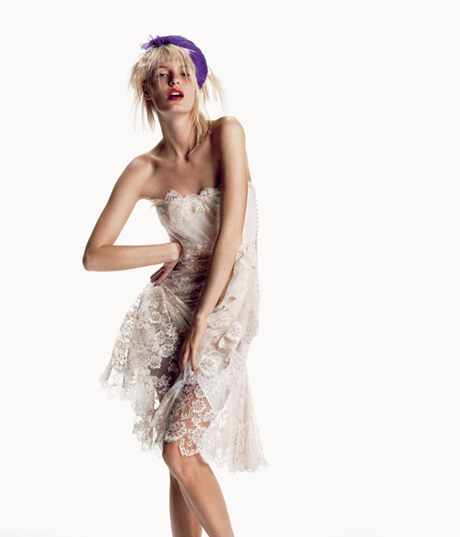 Dior by John Galliano. Из будуара сразу на танцпол в кружевных платьях из новой коллекции. Кружевное платье, Dior by John Galliano; украшение для волос из органзы, Karen Hendriksen.