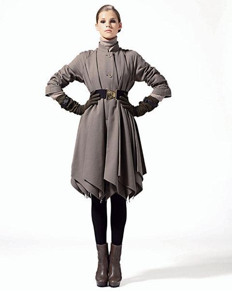 Тренч с большими складками, Allegri; водолазка из кашемира, Brunello Cucinelli;перчатки, Ennio Capasa для Costume National;ботильоны, MaxMara