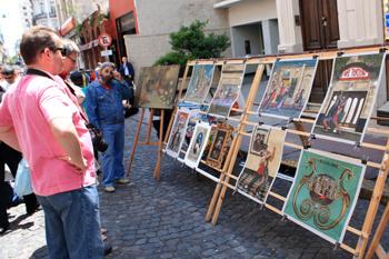 Туристы в квартале Сан-Тельмо часто покупают картины неизвестных аргентинских художников.