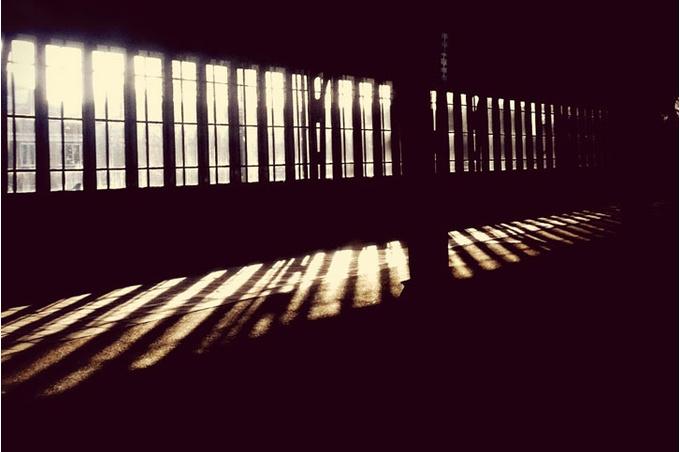 Свет в темной комнате