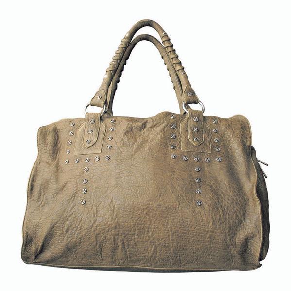 «Очень люблю огромную сумку Loree Rodkin из крокодиловой кожи, потому что в нее страшно удобно закидывать все подряд».
