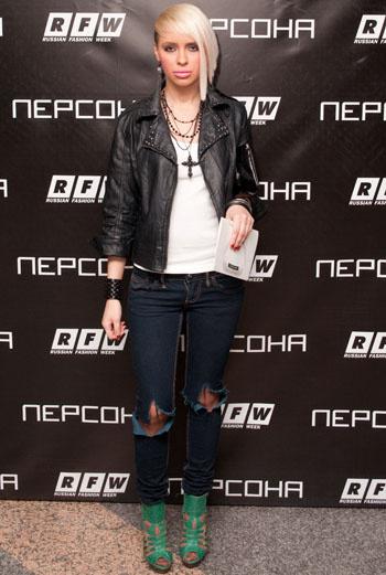 Рок-н-ролл: рваные джинсы, кожаная куртка, кулон в виде креста – образ рок-дивы проработан до кончиков ногтей.