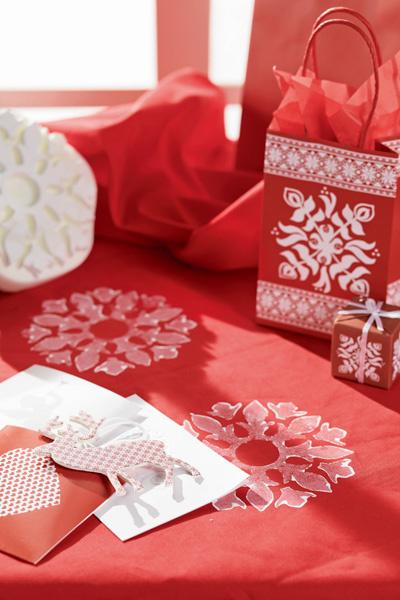 Идея №6. Снежинки на скатерти. Разнообразить однотонную бумажную или текстильную скатерть позволит вот такой резиновый штамп. Что же до цвета и состава узора, то здесь можно дать волю воображению.