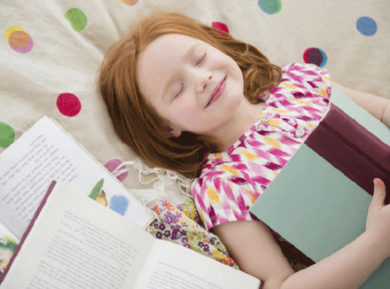 Счастливая девочка с книжками