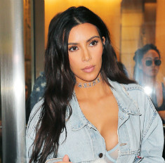 Ким Кардашьян опять сверкнула голой грудью