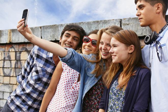 Подростки, смартфон