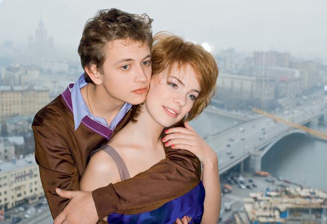 На Андрее: свитер и сорочка, Comme des Garçons. На Ане: шелковое платье, MaxMara.