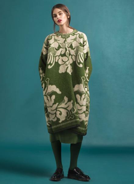 Эстонский дизайнер шьет пальто из старых одеял