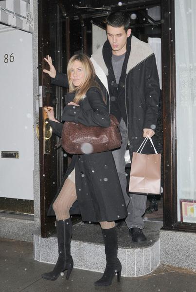 Дженнифер Энистон и Джон Майер выходят из ресторана «Il mulino», (Нью-Йорк, 19 декабря 2008 года)