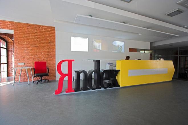 Одной из изюминок дизайна офиса является стойка ресепшена в виде поисковой строки. За ней на стене проецируются фотографии из жизни компании, а также сервисы Yandex – погода, информация о пробках и запросы, которые делают пользователи.