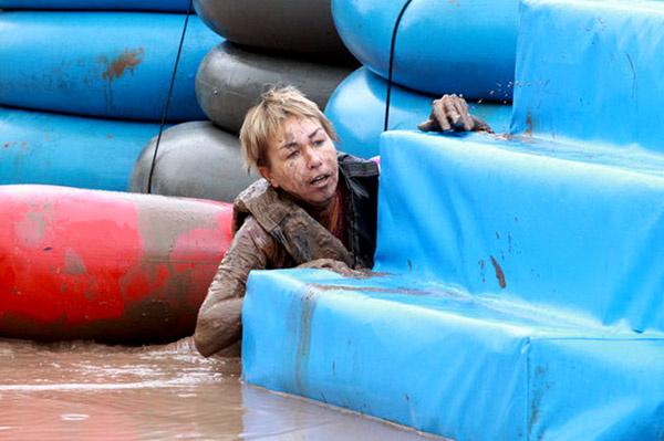 Ксения Стриж с большими сложностями преодолевает очередное препятствие.
