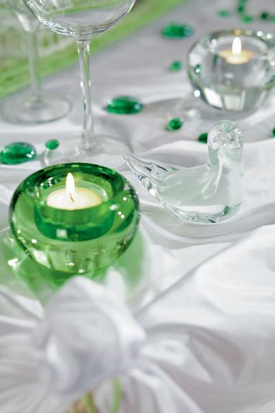 Идея №15. Свечи и бусины. Создать праздничную атмосферу помогут свечи. А поддержать ее – разноцветные стеклянные бусины, прихотливо разбросанные по столу.